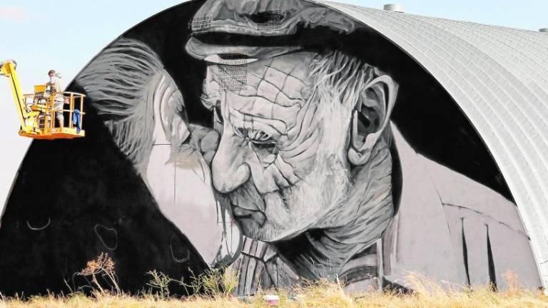 Mural beso Juzbado